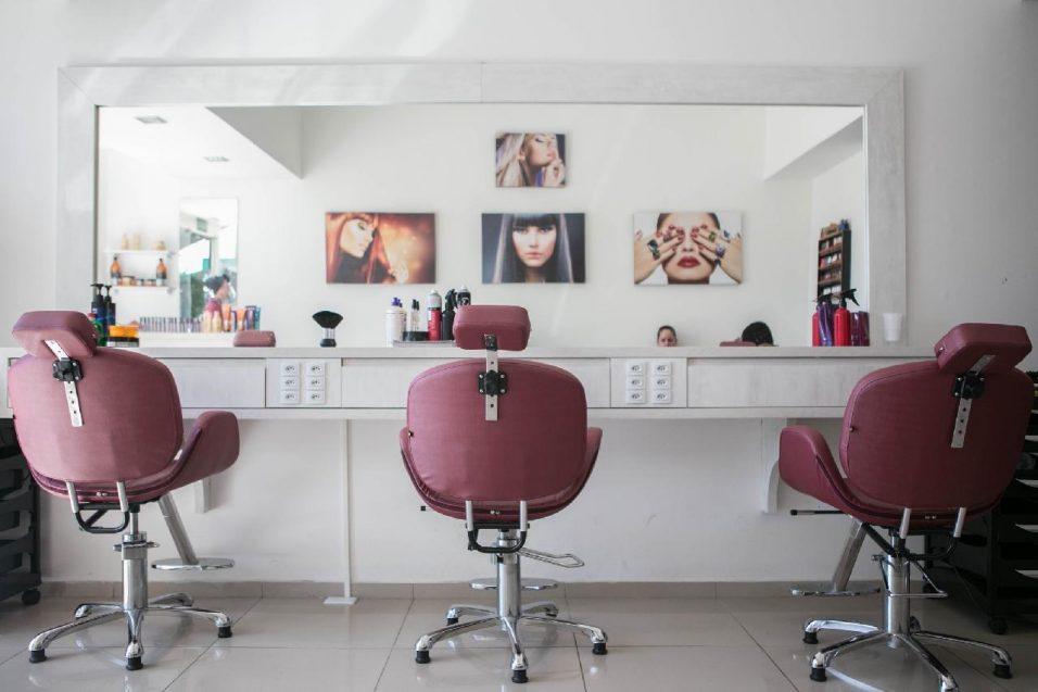 4 motive pentru care manichiura de la salon este mai recomandată decât manichiura acasă